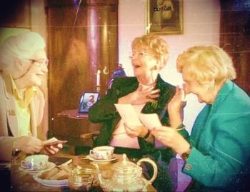3 Damen trinken Kaffee